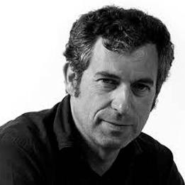 Jean-Marie Massaud nació en 1966 y se graduó de la ENSCI en 1990. En 2000 fundó Estudio Massaud
